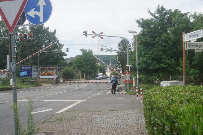 Aldi will das Grundstück am Rheinweg hinter den Bahnschranken bebauen